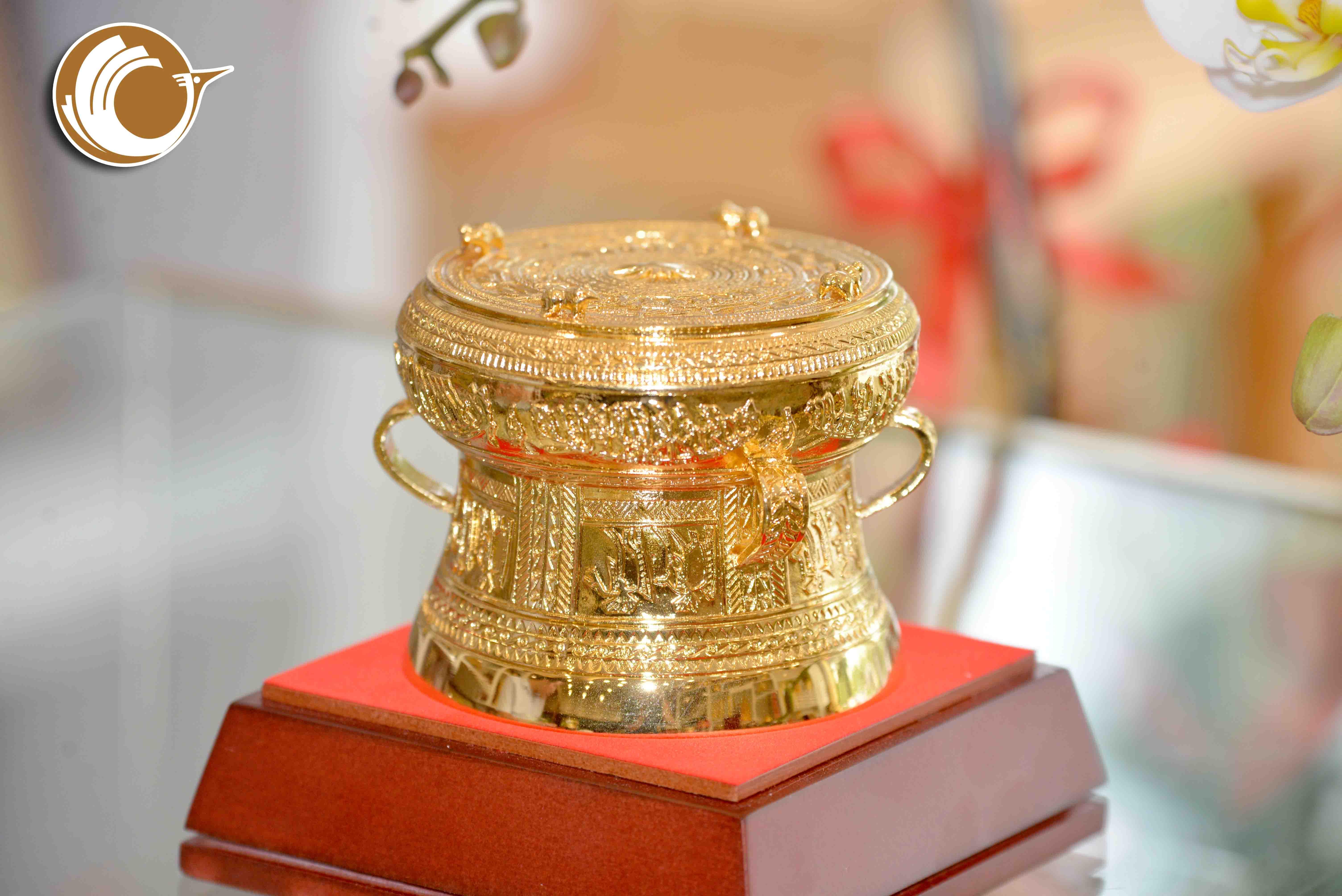 Trống đồng lưu niệm- biểu trưng cho nền văn hóa đậm đà bản sắc dân tộc